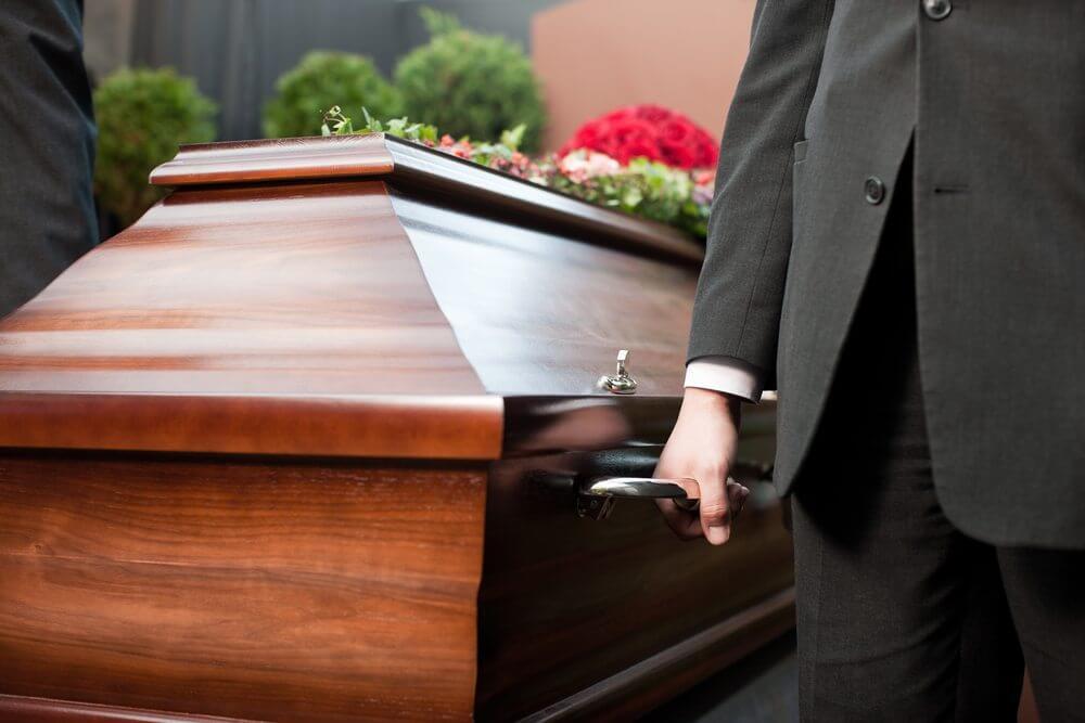 Sarg bei der Beerdigung